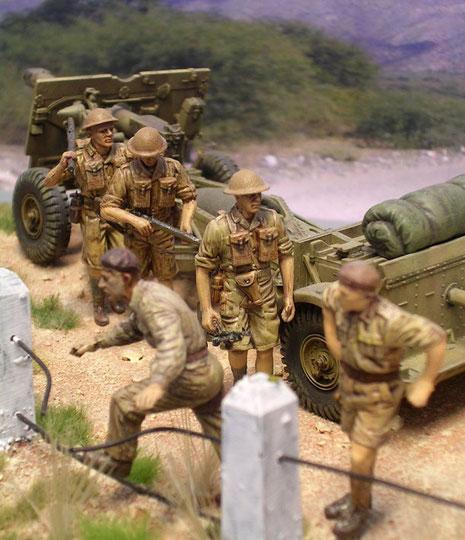 """Typische Infaneristen der britschen 8.Armee mit ihren Schultermagazinen und den flachen """"Tommy""""-Helmen."""