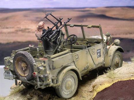 Neben der Mikrobemalung wurde das Fahrzeug stark mit sandweissen Pigmenten bearbeitet.