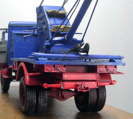 Fahrzeugheck mit Werkzeugschubladen und Abschleppvorrichtung.