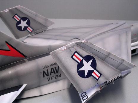 Angewinkelter Hauptflügel und hochgestellte Flügelspitzen, um auf den Trägern den Platz optimal zu nutzen.
