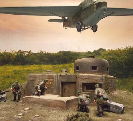 Während die erste Gruppe schon den Bunkereingang stürmt, landen weitere Gruppen mit ihrem DFS 230.