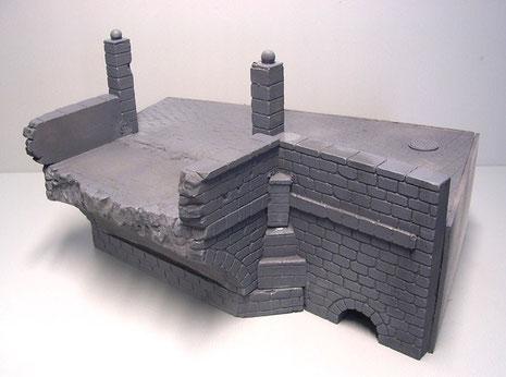 Der Brücken-Straßenabschnitt wird mit Acrylfarbe-grau grundiert, um hier die Tiefen für das Mauerwerk und Pflasterbelag zu erhalten.