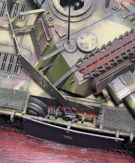 Auf den Kettenblechen bietet sich Platz für die nun spärlicher werdenden Ersatzteile.
