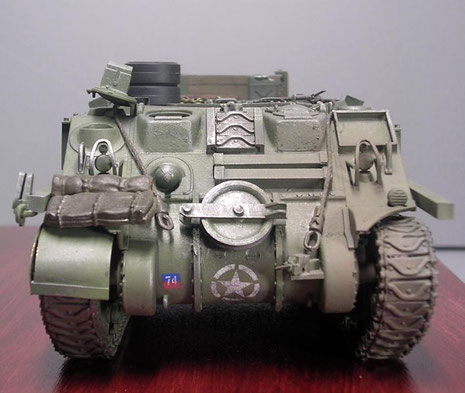 Hier wird eine alte Sherman-Wanne noch mit dem genieteten, geteilten Bug als Bergeschlepper genutzt.