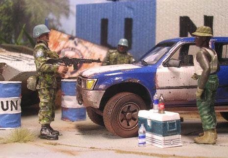 Mißtrauisch kontrollieren die UNO-Soldaten das Gepäck des Afrikaners.