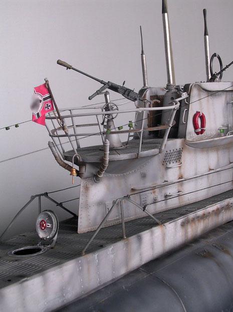 Ausgefahrene Periskope und Angriffsrohr, 2-Zentimeter-Marineflak mit Mündungsschutz.