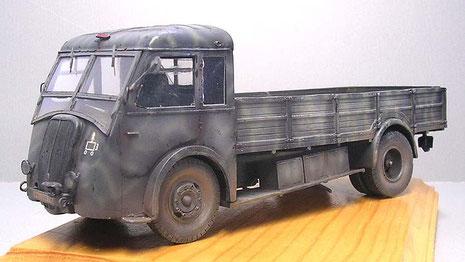 Das Modell erscheint als ein Versorgungsfahrzeug der Wehrmacht 1941 in Dunkelrau mit dünnen sandgelben Tarnstreifen.
