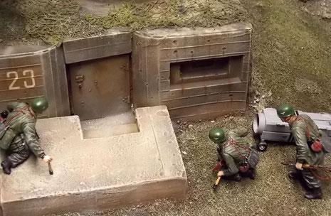 Die Details des Bunkers mit Schiesscharten und Nummerierung wirken sehr authentisch.