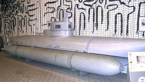 """Einmann-Tauchboot """"BIber"""" mit 2 G7 Torpedos"""