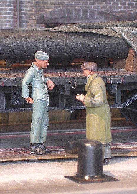 Angeregtes Gespräch zwischen technischem Ingenieur und Marinesoldat.