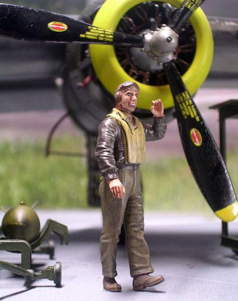 Einer der Piloten begrüßt die weibliche Lieutenant.