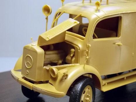 Geöffnete Motorhaube mit Blick auf den 4-Zylinder. Beachte den typischen Suchscheinwerfer auf der Beifahrerseite.