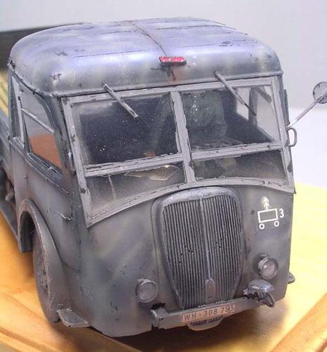 Fahrerhaus mit Fahrerfigur und leichter Mikrobemalung. Beachte den Notek-Scheinwerfer der Wehrmacht-Ausführung.
