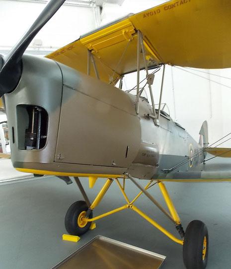 Britische Tiger-Moth als Schulmaschine mit gelbem Unterseitenanstrich.