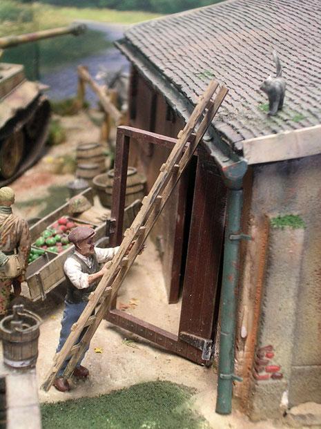 Scheinbar unbeteiligt geht der Zivilist seinem Tagwerk nach, während 56 Tonnen Stahl durch sein Anwesen pflügen.