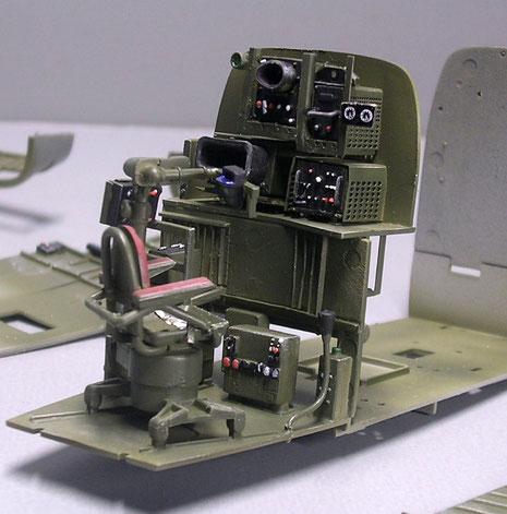 Sitz des Radarbeobachters mit den zwei Darstellungsgeräten (die beiden Oszillographengeräte!)