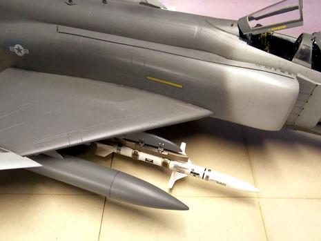Aufhängung mit Zusatztank für die durstige Phantom und die Luft-Boden-Anti-Radarraketen.