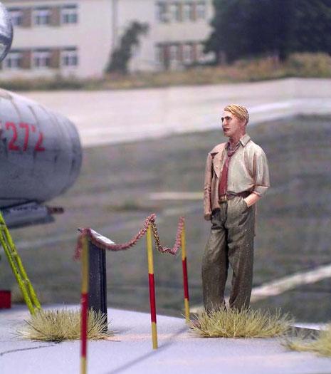 Der Besucher bestaunt die sowjetische Technik der Nachkriegszeit.
