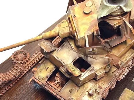 Die offenstehenden- oder herausgerissenen Luken bieten Einblick in die Inneneinrichtung.