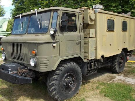 Gaz-2-Tonner mit Kabinenaufbau einer Funkeinheit.