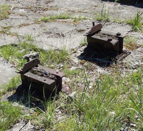 Eisenfundamente der Tragstützen-hier wurde die Vorläufer für die späteren Einsatzrampen in Frankreich und Holland erprobt.