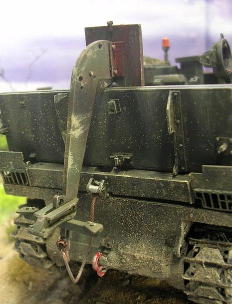 Der Bergeanker, der mittels eines Raketenantrieb vom Fahrzeug geschleudert werden kann, hängt hier nur lose über dem aufgeklappten Schwallbrett, da für die amphibische Fahrt genutzt wird.