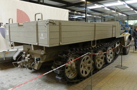 Ein zweiter Wehrmachtsschlepper steht in der Halle