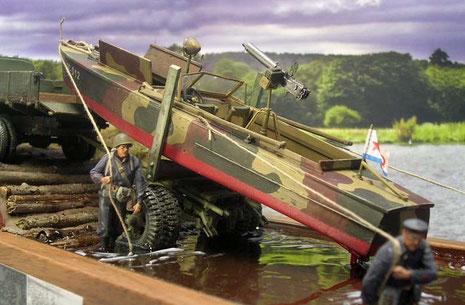 """Auch das in Tarnfarben gehaltene Motorboot passt nun gut in die """"Umgebung""""."""
