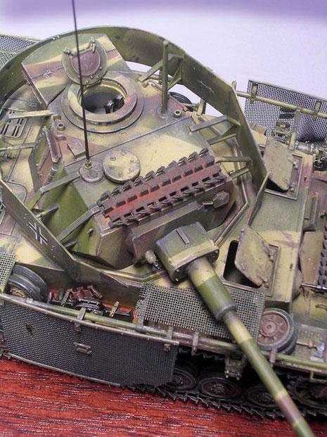 Das Turmdach der Befehlsversion mit dem neuen Rundumperiskop, zusätzlicher Antenne neben dem Lüfter und der Kommandantenkuppel des Sturmgeschützes III.