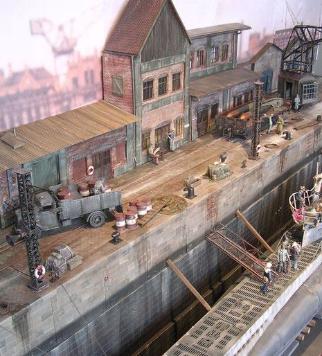 Nachschubgüter und die für die Überholung von Bord geholten Torpedos blockieren die Dockstraße.