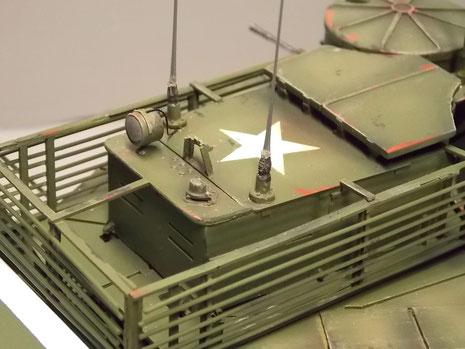 Suchscheinwerfer und Antennensockel auf dem gepanzerten Führerstand.