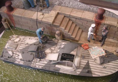 Seltenes Resinmodell des italienischen Sprengbootes gut in Szene gesetzt.