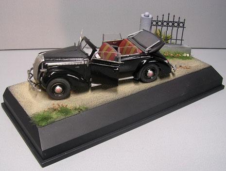 In stilvoll glänzendem Schwarz mit offenen Verdeck bietet das Modell Einblick in den filigran gestalteten Innenraum.