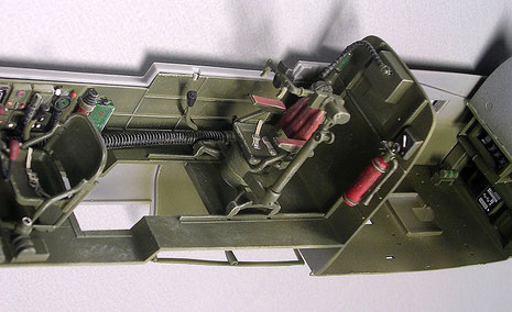 Der erhöhte Sitz des MG-Turmschützen-er steuert den ferngesteuerte Vierfach-MG-Turm!
