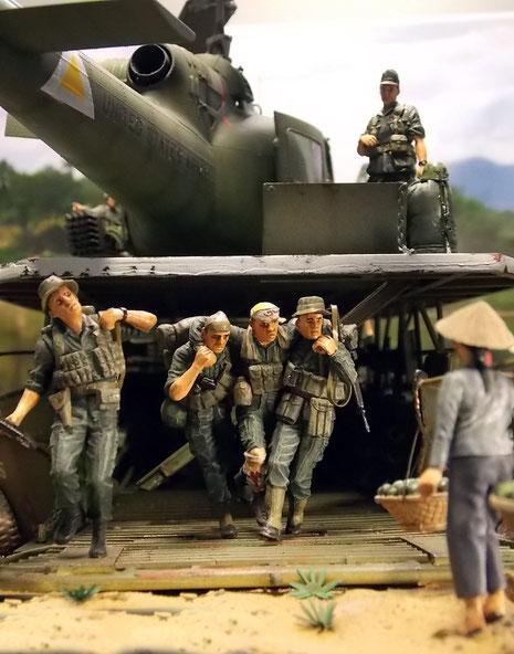 Ein Teil der kämpfenden Truppe verlässt nach dem Einsatz, teilweise verwundet, das Boot.