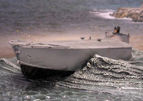 Eine entsprechende Bugwelle lässt das Boot aus dem Wasser steigen.