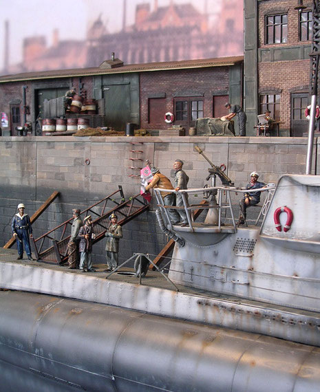 Entspannt übergibt ein Teil der Besatzung das Boot an die Reparaturmannschaft.