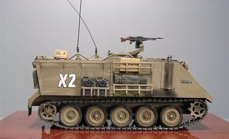 Basis IDF M113 als normaler Schützenpanzer mit geänderter Auspuffanlage, Kommandanten-MG und seitlichen Packmöglichkeiten.