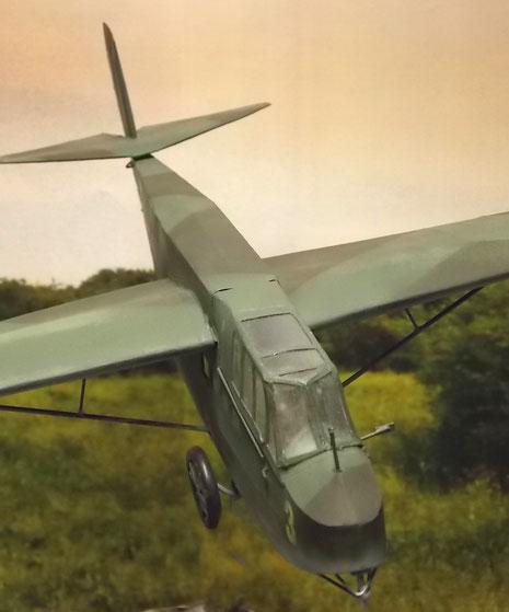 Der DFS 230 in seiner typischen Splintertarnung von 1940 schwebt heran.