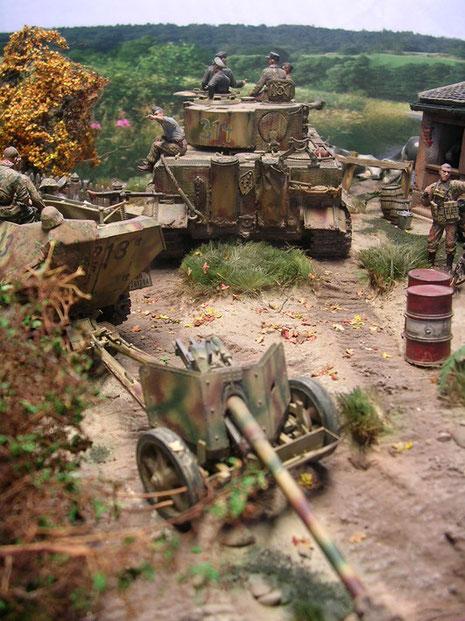Die Grenadiere haben eine 7,5cm Pak 40 im Schlepp, eine wirkungsvolle Waffe gegen die Shermans und Churchill der Invasoren.