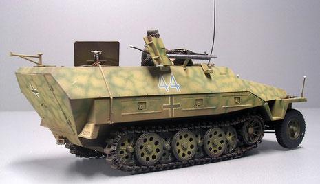 Ungwöhnlich ist auch das Netztarnmuster und die blaue Fahrzeugnummer- es stellt ein Fahrzeug im Italieneinsatz 1944 dar.