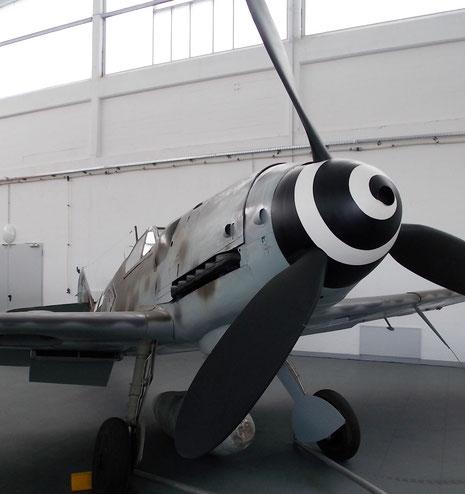 Das gespreizte Fahrwerk, was so oft auf Feldflugplätze den Piloten Kopfschmerzen bereitete.
