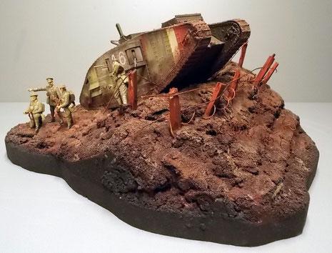 Der Hügel bringt den riesigen Tank gut zur Geltung.