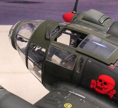 Geöffnete Fensterluken ermöglichen den Blick auf das detallierte Cockpit.