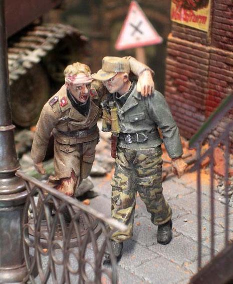 Verwundete Panzersoldaten verlassen den festgefahrenen Riesen.