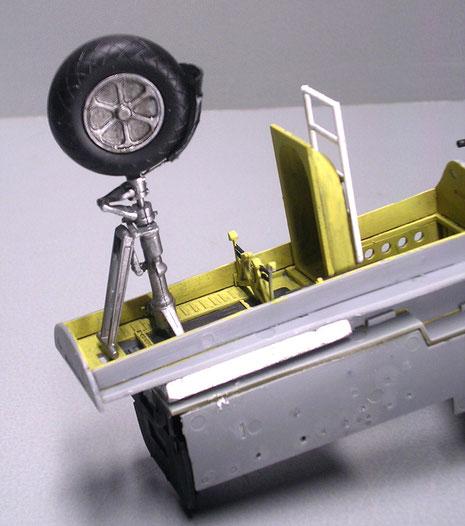 Vorderrad mit Gummibereifung aus Metall-darunter das erste Bleigewicht für den Ballast nach vorne.