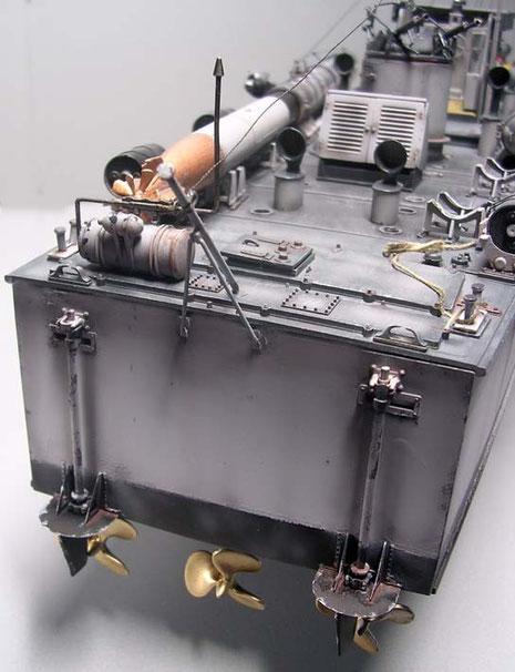 Die Ruderanlage führt über mechanische Kraftübertragung in den Schraubenstrom.