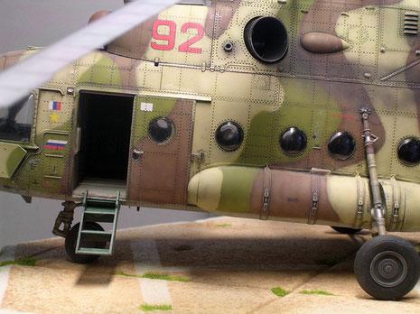 Auf der Hubschrauberlandeplatform wartet die Mi-8 auf Passagiere.