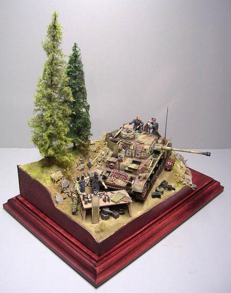 Der Panzer selber wird von Werkzeugtisch und Betankungsmaterial eingerahmt. Die Bäume sind von Grass-Line.