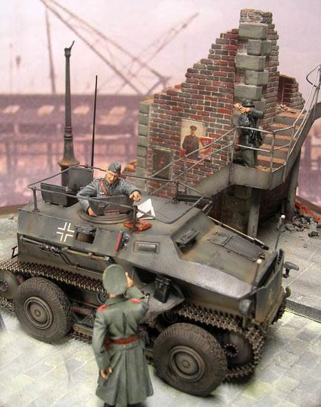 Das graue Fahrzeug passt prima zum Farbeindruck der Diorama-Base.